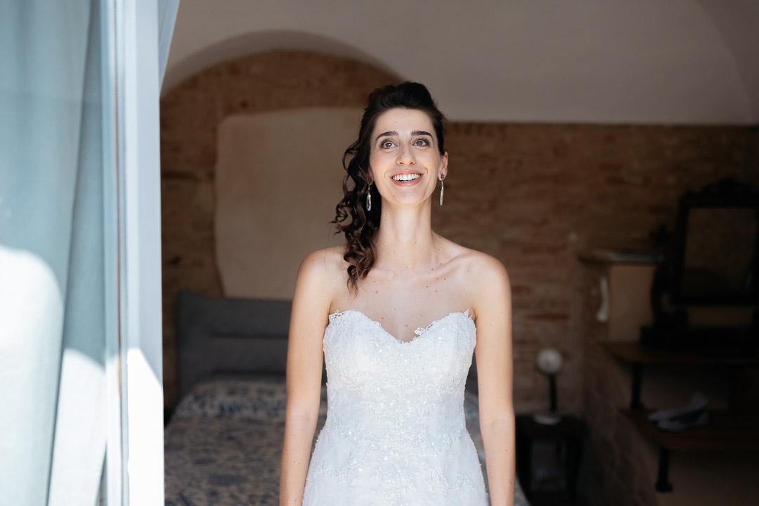 Sposa felice alla finestra Luca Vieri fotografo